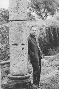 """Camus a Tipasa (Algèria). """"Migdia, l'ombra més curta, llum esclatant, convidant a la lucidesa, a fer taula rasa de les il·lusions, ombres de l'esperit"""""""