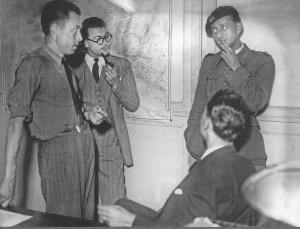 Camus a la redacció de COMBAT (21.9.1944), amb uniforme, André Malraux